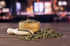 Chá verde seco com restaurante fotografia de stock
