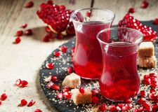 Chá vermelho quente com açúcar da romã e de bastão no meio autêntico Imagem de Stock Royalty Free
