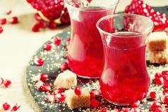Chá vermelho quente com açúcar da romã e de bastão no meio autêntico Imagens de Stock Royalty Free