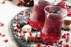 Chá vermelho quente com açúcar da romã e de bastão no meio autêntico Fotografia de Stock Royalty Free