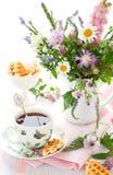 Chá, waffles e flores fotografia de stock royalty free
