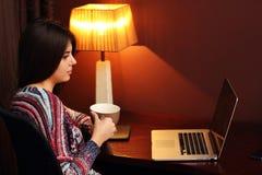 Chávena de café bonita da terra arrendada da mulher Imagem de Stock