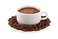 Chávena de café branca com feijões em uma placa Fotografia de Stock Royalty Free
