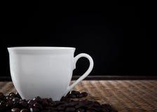 Chávena de café branca na luz do estúdio fotografia de stock