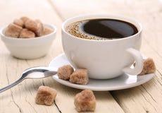 Chávena de café com açúcar mascavado. Fotografia de Stock