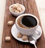 Chávena de café com açúcar mascavado. Fotografia de Stock Royalty Free