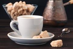 Chávena de café com açúcar mascavado em uma tabela de madeira clara Fotografia de Stock
