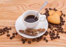 Chávena de café com bolinhos Fotos de Stock Royalty Free