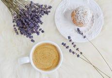 Chávena de café com bolo Fotos de Stock Royalty Free