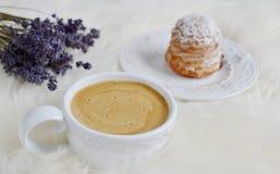 Chávena de café com bolo Imagens de Stock