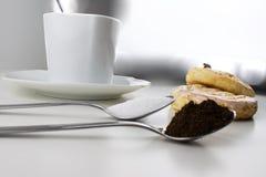 Chávena de café com bolos Foto de Stock Royalty Free
