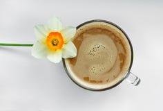 Chávena de café com flores Fotos de Stock Royalty Free