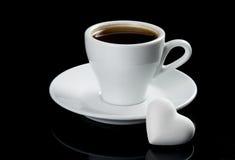 Chávena de café com o bolinho da forma do coração Fotografia de Stock Royalty Free