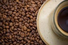 Chávena de café da manhã nos feijões Foto de Stock Royalty Free