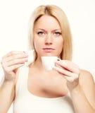 Chávena de café da terra arrendada da mulher e c Imagem de Stock
