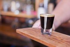 Chávena de café da terra arrendada da mulher imagem de stock