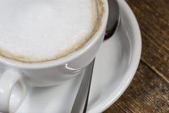 Chávena de café dentro na tabela de madeira fotos de stock royalty free