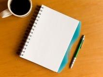 Chávena de café e caderno Fotos de Stock Royalty Free