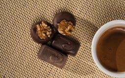 Chávena de café e chocolates imagem de stock royalty free