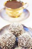 Chávena de café e doce com um Coco Fotografia de Stock Royalty Free