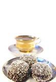 Chávena de café e doce com um Coco isolado Fotos de Stock Royalty Free