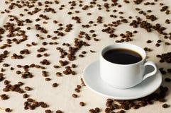 Chávena de café e grãos de café Foto de Stock