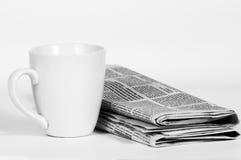 Chávena de café e imprensa da manhã Fotografia de Stock