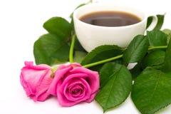Chávena de café e rosas Fotos de Stock Royalty Free