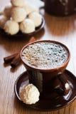 Chávena de café e trufas de chocolate brancas Fotos de Stock Royalty Free