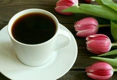 Chávena de café e tulips Fotos de Stock