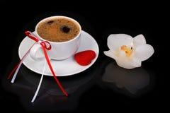 Chávena de café e vela festivas fotografia de stock royalty free