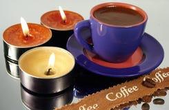 Chávena de café e velas Fotos de Stock Royalty Free