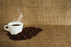 Chávena de café em um fundo da lona. Imagens de Stock Royalty Free