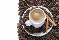 Chávena de café em uma superfície branca. Foto de Stock