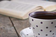 Chávena de café em uma tabela de madeira Foto de Stock Royalty Free