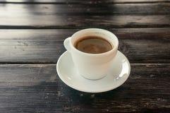 Chávena de café em uma tabela de madeira imagem de stock royalty free