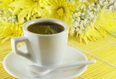 Chávena de café fresca com flores Imagem de Stock Royalty Free