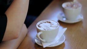 Chávena de café na tabela video estoque