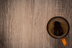 Chávena de café na tabela Imagem de Stock Royalty Free