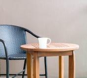 Chávena de café na tabela Fotos de Stock