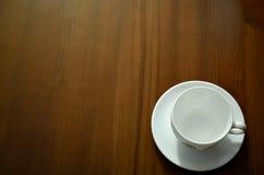 Chávena de café na tabela de madeira Fotografia de Stock Royalty Free