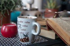 Chávena de café na tabela fotografia de stock royalty free