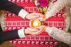 Chávena de café nas mãos Foto de Stock Royalty Free