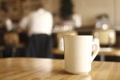 Chávena de café no comensal fotografia de stock royalty free