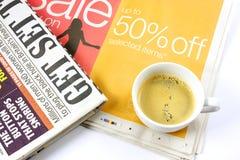 Chávena de café no jornal Imagem de Stock