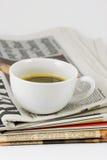 Chávena de café no jornal Fotos de Stock
