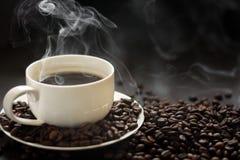 Chávena de café quente com fumo imagens de stock royalty free
