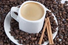 Chávena de café sobre feijões de café. Imagens de Stock
