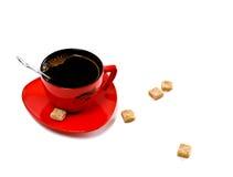 Chávena de café vermelha e açúcar marrom Imagem de Stock Royalty Free