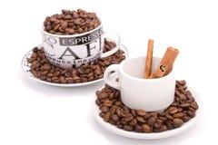 Chávenas de café, cheias dos feijões Imagem de Stock Royalty Free